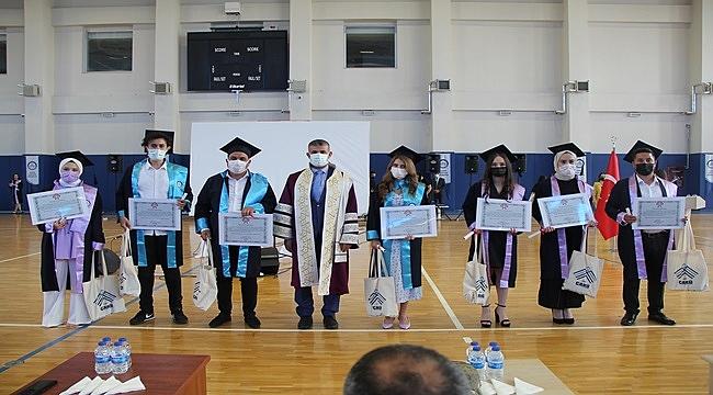 ÇAKÜ'de buruk mezuniyet töreni