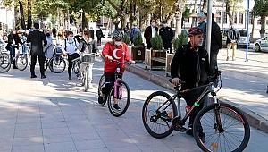 Gençler bisiklet ve elektrikli scooterlar ile şehir turu attı